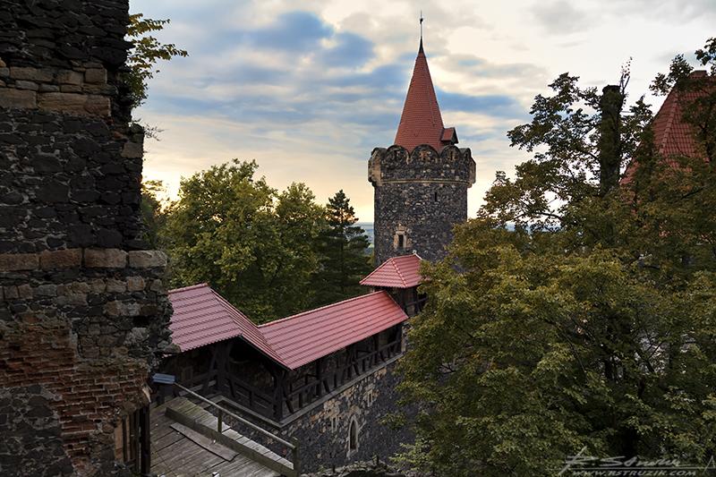 Zamek Grodziec. Zachód słońca nad znaną już Wam wieżą. W dole po lewej dziurawy i przez to zamknięty mostek spinający mury zamku w jedną całość.